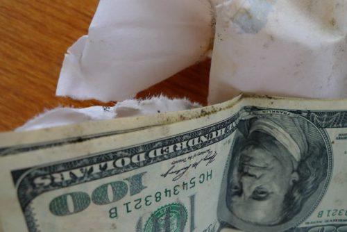 Доллары промокли где поменять постиранные доллары. Постиранные доллары светятся. Какие обменники меняют постиранные доллары. Промокшие доллары.