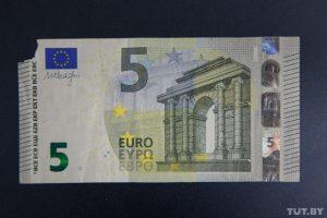 Какую валюту не примут в обменнике. В обменнике отказались менять надорванные доллары или евро. Какую валюту могут не принять в обменнике. Ветхие доллары.